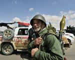 图为一利比亚革命军人士准备上战场。    图片来源:Getty images