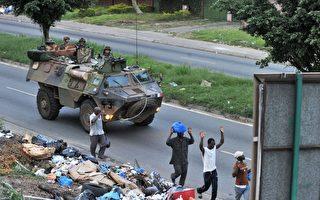 科特迪瓦內戰,砲聲隆隆。目前,瓦塔拉的武裝暫時退到阿比讓的北部,聲稱將再次攻擊巴博的總統府。圖為2011年4月1日,法國駐特迪瓦部隊在阿比讓街頭巡邏。(AFP PHOTO/ ISSOUF SANOGO)