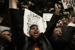 2月20日,数百名利比亚示威者聚集在利比亚驻伦敦大使馆前,抗议卡扎菲政权残杀人民。(AFP)
