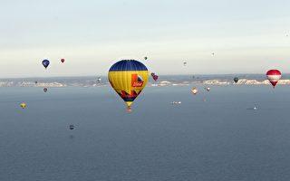 组图:世界纪录 50个热气球飞越英吉利海峡