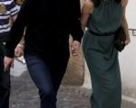 2011年4月7日,英國首相夫婦抵達西班牙格拉納達度假兩天。 (Jorge Guerrero/AFP/Getty Images)