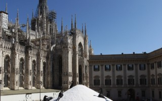 2011年4月8日,意大利米兰市中心大教堂广场摆放了大型雕塑《盐山》。(Vittorio Zunino Celotto/Getty Images)