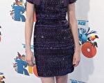 影片主要配音演員安妮海瑟薇(Anne Hathaway)穿著紫色亮片小禮服,還帶上了大黑框眼鏡出席首映。(圖/Getty Images)