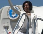 美国总统夫人米歇尔‧奥巴马4月15日离开墨西哥前向欢送的人群致意。此后,第一夫人访问了美墨边境的加州城市圣地亚哥。(OMAR TORRES/AFP/Getty Images)