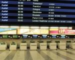 国际机场办理登机手续的柜台空荡荡(法新社)