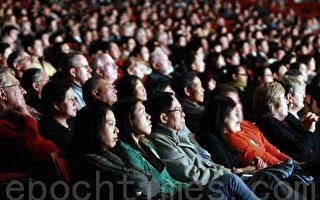 多伦多华人观众欣赏神韵晚会(摄影: 艾文 / 大纪元)