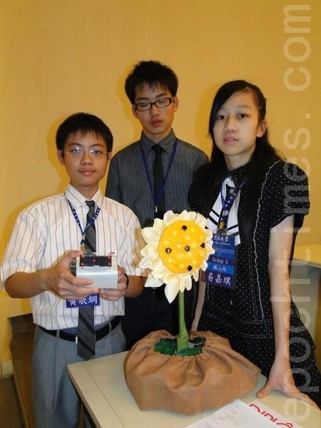 符合時下最夯的綠能題材「太陽能追蹤器」,出自3位國二生易嘉琪(右)、王劭恩、黃敬綱(左)的創意。(攝影:黃玉燕 / 大紀元)