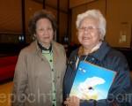 """印尼出生的华人莉莉(右)和她的朋友(左)在看完神韵后,异口同声地赞叹:""""太美了!""""(摄影:袁容/大纪元)"""