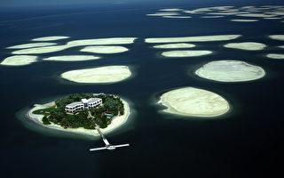 2009年12月21日,迪拜,阿联酋房地产开发商 Nakheel公司在迪拜沿海建造的世界岛的鸟瞰图。(AFP PHOTO/MARWAN NAAMANI)