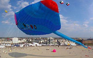 4月19日,第25届国际风筝节,鳐鱼状的世界最大风筝飞上天空。(PHILIPPE HUGUEN/AFP PHOTO)