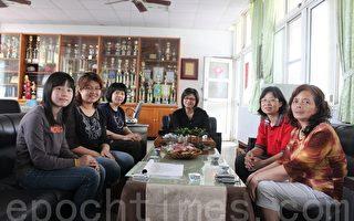 妈妈李美龄(右1)、陈珍淑阿姨(右2)、呉秀美校长(中)、邱秀珠老师(左3)、级任李佩怡老师(左2)都说,采伦是一个懂事又贴心的孩子!(摄影:林萌骞/大纪元)
