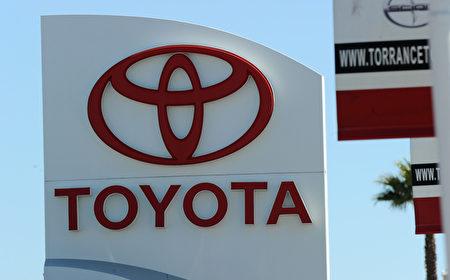 因零部件供應短缺,豐田停止了在日本的生產,隨後又暫停了在北美和歐洲的生產。圖為豐田汽車在美國加州經銷點的招牌和LOGO。(AFP PHOTO / Robyn BECK)
