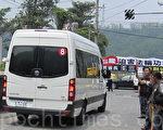 4月23日,安徽省長王三運的經貿訪問團到佳義國小舉行的「希望工程在台灣」捐贈活動,王三運的車隊正面朝向法輪功的反迫害旗幟。(攝影:簡惠敏/大紀元)