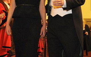 首相卡梅倫儘量避免在公開活動中穿燕尾服,以免遭到對手的嘲笑。他上任以來唯一一次穿燕尾服是在去年11月參加倫敦市市長晚宴上,所有客人必須穿正式的禮服。(BEN STANSALL/AFP/Getty Images)