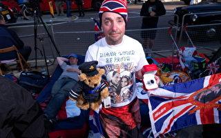 56岁的劳瑞(John Loughrey)来自伦敦西南部地区,戴着以英国国旗为图案的毛线帽。25日下午起率先在西敏寺对面人行道上扎营帽。连日来他接受全世界70多个国家媒体采访。( Dave J Hogan/Getty Images)