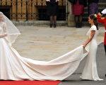 这件婚纱是由亚历山大‧麦坤(Alexander McQueen)品牌的设计师莎拉•伯顿(Sarah Burton)设计。(AFP PHOTO / WPA POOL / Anthony Devlin)