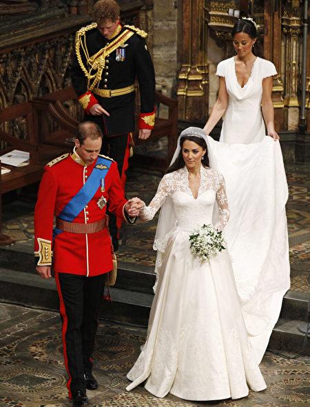 2011年4月29日,礼成之后,皮帕拎起姐姐凯特的婚纱裙摆走出教堂。(Photo by Clara Molden - WPA Pool/Getty Images)
