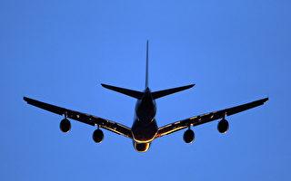 """一架飞机准备降落伦敦机场,由于航空公司转嫁燃料成本,用累积哩程兑换""""免费""""机票必须加付不少现金。 (Photo by Dan Kitwood/Getty Images)"""