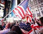 本•拉登被杀的消息迅速地传布开来,虽然已经是深夜,纽约时代广场聚集了大批欢呼的人群。(摄影:爱德华/大纪元)