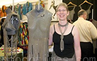 艺术家Unzicker和她手工编织的不銹钢环衣服,像西方中世纪的锁子甲(摄影:张倩/大纪元)