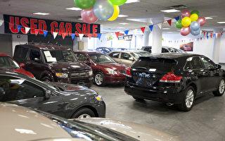隨著2013-2014年三年租賃車的租期屆滿,2017年將有300萬輛二手車回到汽車經銷商手裡,推動二手車價格下滑。圖為曼哈頓豐田車行二手車展示。(愛德華/大紀元)