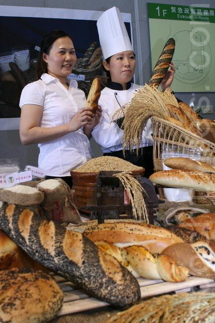 台南農改場研發出純米80%製作米麵包,足以媲美日本等級的技術,提供國人健康的食材。(攝影:賴友容/大紀元)