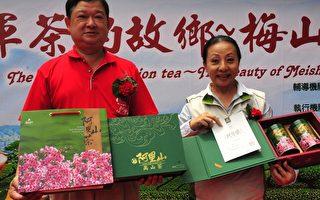 """嘉义县长张花冠(右)指出阿里山高山茶新包装款式,有阿里山云海和樱花图案,并注册""""AmTc""""标章,证书同时附上县长、主办单位和评鉴师的签名。(嘉县府提供)"""