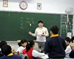 正在課堂上課的李長柏老師(攝影: 明慧網 )