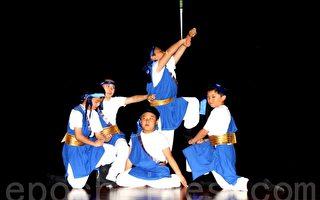 飞天艺术学校课后班的学生在表演蒙古舞。(摄影:吴雅儒/大纪元)