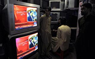 民众观看巴基斯坦总理吉拉尼(Yousuf Raza Gilani)9日在国会讲话的节目。(AFP)