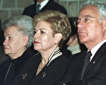 玻利维亚首任女总统特哈达(Lydia Gueiler Tejada)9日病逝,享寿89岁。图为2002年9月11日,特哈达(左1)档案照片。(图片来源:STR/AFP)