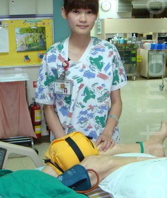 加護病房詹佩琪護理師加護病房的面面護到創新作品得第一(攝影:徐乃義/大紀元)