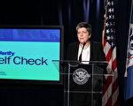 2011年3月21日在华盛顿特区,美国国土安全部长纳波利塔诺在新闻发布会上宣布推出电子验证系统自我检查(E-Verify Self Check)服务。该服务允许民众自行上网查询是否有合法的就业资格。( Alex Wong / 2011 Getty Images)