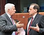 图:葡萄牙财政部长桑托斯(Fernando Teixeira Dos Santos,左)与欧洲央行副总裁康斯坦西奥(Vitor Constancio)16日在布鲁塞尔的财长会议上。(AFP)