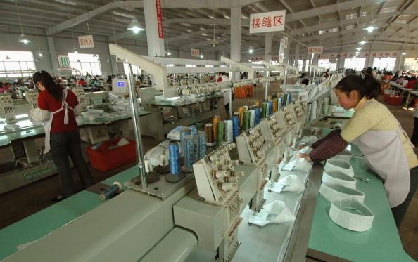 时下中国,企业为了逃税想尽办法降低利润和员工名义收入。有私营企业家表示,逃税已成为社会风气,如果不想办法逃税,企业就无竞争力,甚至无法生存(图片来源:China Photos/Getty Images)