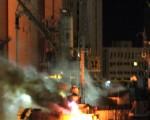2011年5月20日凌晨,北约对利比亚3个港口进行空袭,轰炸了8艘卡扎菲部队的军舰。图为的黎波里港口被轰炸起火的军舰。(图片来源:MAHMUD TURKIA/AFP)
