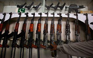 巴基斯坦武器店中充斥着中国、俄国和巴本土制造的AK-47。     (图片来源:Getty images)