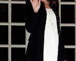 2011年5月26日,法國第一夫人穿着白裙裝和黑外套與媒體揮手致意 (Franck Prevel/Getty Images)