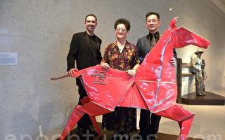 Kevin Box、傅小薇、傅德瑞於收藏儀式中和銅馬彫塑合影(照片由傅小薇提供)