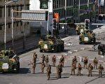 3月15日中共军队与装甲车辆在拉萨街头巡逻。(AFP)