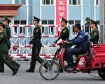 2011年5月10日,内蒙古锡林浩特(Xilinhot),武警在一所职业学校附近巡逻(FREDERIC J. BROWN/AFP/Getty Images)