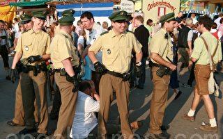 在慕尼黑啤酒节上处理鸡毛蒜皮案的警察(摄影:黄芩/大纪元)