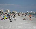 佛州萨拉索塔的西埃斯特海滩拥有世界上最细、最白的沙子。这里的海水是蓝色的,干净,清洁,特别受泡泳和游泳爱好者的青睐。(李惟智/大纪元)