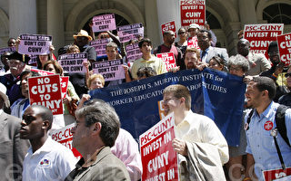 纽约市立大学师生抗议市长所提出的预算削减纽约市大学尤其是社区大学以及奖学金经费。(摄影﹕黎新/大纪元)