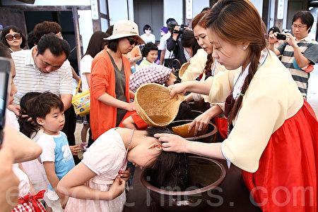 韩国端五节用菖蒲水洗头,祈愿健康。(全宇/大纪元)