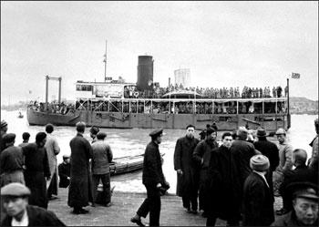 共產黨在國民政府艱苦抗日的八年間趁勢壯大。圖為一九四九年五月二日,一艘載滿國民政府軍隊的船隻正從上海往南方撤退到台灣。(AFP)