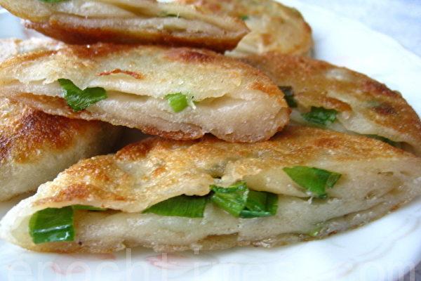 蔥油餅有多種不同的做法(攝影: 楊美琴 / 大紀元)
