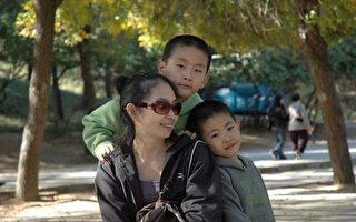 圖為梁波和孩子(圖片來源:明慧網)