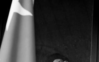 在6月8日的時候,德國下薩克森州高級法院宣判了一個為中共「610」刺探法輪功情報的德國籍華人John Zhou。圖為中國大使館人員偷拍外面抗議者,隔窗戶玻璃錄像。(AFP)