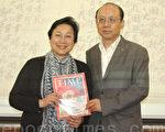 中华专业人员协会前任董事长王世辉(右)特地找到一本1955年4月18日,以蒋介石 为封面的《时代杂志》(Time),送给郭岱君女士,感谢她远道而来。(摄影:毕 儒宗∕大纪元)
